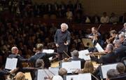 Trieb sein Orchester immer wieder zügig voran: Sir Simon Rattle am Dienstagabend im KKL. (Bild: Priska Ketterer/LF)