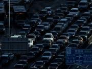 Auto-Absatz in China geht weiter zurück - auch E-Autos schwächeln. (Bild: KEYSTONE/AP/ANDY WONG)