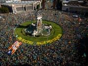 Hunderttausende Menschen sind in Barcelona für die Unabhängigkeit Kataloniens auf die Strasse gegangen. (Bild: KEYSTONE/AP/EMILIO MORENATTI)