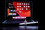 Apples-Manager Greg Joswiaki vor dem neuen iPad. (Bild: EPA)