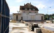 Die nicht mehr benutzte Werkhalle der ehemaligen Edwin Eisenegger GmbH muss der Tankstelle weichen und wurde bereits abgerissen. Im Hintergrund das Wohnhaus, das renoviert wird. (Bilder: Philipp Stutz)