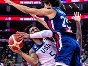 Ein Bild mit Symbolkraft: Die USA (hier Donovan Mitchell/links) mussten gegen Frankreich unten durch (Bild: KEYSTONE/EPA/ALEX PLAVEVSKI)