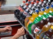 Steuern auf zuckerhaltigen Lebensmitteln wie Süssgetränken werden gemäss einer Umfrage von drei Vierteln der Stimmberechtigten abgelehnt. (Archibild) (Bild: KEYSTONE/GAETAN BALLY)