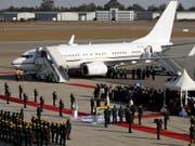 Der Leichnam des langjährigen simbabwischen Präsidenten Robert Mugabe nach Simbabwe überführt worden. Eine Maschine mit dem Sarg landete auf dem Flughafen der Hauptstadt Harare. (Bild: KEYSTONE/AP/THEMBA HADEBE)