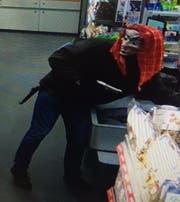 Im März 2016 überfällt der Angeklagte den Volg Bettwiesen mit einer Hexenmaske und einer täuschend echten Pistolenattrappe. (Bild: ZVG)