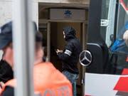 Der 53-jährige Schweizer, der 2017 mit einer Kettensäge die Schaffhauser Filiale der CSS-Versicherung stürmte, wird mit einer stationären Massnahme bestraft. Vor dem Schaffhauser Kantonsgericht gab er an, dass er sich gegen negative «Geistkräfte» habe wehren wollen. (Bild: KEYSTONE/ENNIO LEANZA)