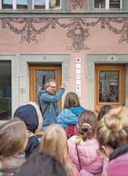 Mathias Steinmann bei einer Führung zum Thema Fassadenmalerei mit einer Schulklasse in der Luzerner Altstadt. (Bild: Pius Amrein, Luzern, 10.9.2019)