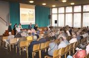 Voller Saal im Andreaszentrum: Gossauerinnen und Gossauer stellen Fragen zu den beiden veralteten Altersheimen Espel und Schwalbe. Sie sollen zusammengelegt werden. (Bild: mem)