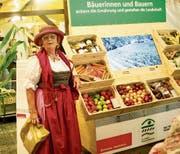 Die Dame im exklusiven Dirndl interessiert sich für frisches Obst und Gemüse. Bild: Heidy Beyeler