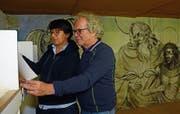 Margrit Gmünder und Guido Koller beim Sichten der zahlreichen Ausstellungsstücke im Freskenraum. Bild: Karin Erni