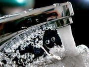 Kantonschemiker bescheinigen dem Trinkwasser in der Schweiz eine gute Qualität (Bild: KEYSTONE/AP/MICHAEL PROBST)