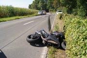 Der Motorradfahrer verletzte sich beim Unfall auf der Schochenmühlestrasse leicht. (Bild: Zuger Polizei)