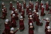 Die stummen Gebärmägde Gileads aus Margret Atwoods Roman «Der Report der Magd» – Foto aus der TV-Verfilmung « The Handmaid's Tale» aus dem Jahr 2017.Bild: hulu