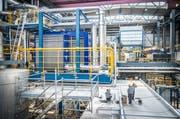 Der neue Wärmetauscher im blauen Gehäuse steht in einem eigens eingebauten Zwischenboden der Zuckerfabrik. (Bild: Andrea Stalder)