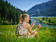 So sieht man Daniela Ryf selten in der Öffentlichkeit: Die weltbeste Langdistanz-Triathletin beim Ausruhen auf einer Blumenwiese bei St. Moritz. (Bild: René Ruis/Keystone, 10. Juli 2019)