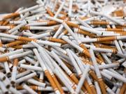 Der Tabakkonzern British American Tobacco (BAT) will aufgrund des rückläufigen Zigarettenabsatzes in seinen Hauptmärkten 2300 Stellen streichen. (Bild: KEYSTONE/STEFAN MEYER)