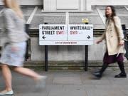 Unruhen, Versorgungsengpässe, Lastwagenstaus: Die britische Regierung hat ein Brexit-Szenario veröffentlicht. Passantinnen vor Whitehall in London. (Bild: KEYSTONE/EPA/ANDY RAIN)