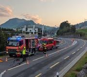Die Feuerwehr Sattel regelte den Verkehr. (Bild: Geri Holdener / Bote der Urschweiz)