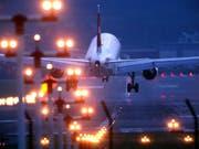 Höhere Abgaben für verspätete Nachtflüge: Damit will der Flughafen Genf die Lärmbelastung begrenzen. (Bild: Keystone/MARTIN RUETSCHI)