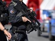 Französische Sicherheitskräfte nahmen den unter Terrorverdacht stehenden Diplomaten diesen Sommer in Gewahrsam. (Bild: KEYSTONE/EPA/JULIEN DE ROSA)