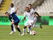 Serey Die (am Ball) verstärkt ab sofort den Challenge-League-Klub Aarau (Bild: KEYSTONE/EPA/KATIA CHRISTODOULOU)