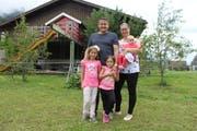 Dani Arnold posiert auf seinem Bauernhof in Schattdorf mit seiner Frau Maria und den Kindern Anna Sophia, Sarah und Elena. (Bild: Markus Zwyssig, Schattdorf, 2. September 2019)