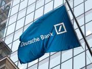 Flagge der Deutschen Bank vor deren Büros an der New Yorker Wall Street. (Bild: KEYSTONE/AP/MARK LENNIHAN)