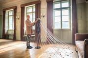 Gehäkeltes Schultertuch mit 60 Strängen: Cornelia Schedlers Installation «Zeitkleid». (Bild: Andrea Stalder)