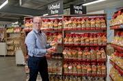 Pasta Röthlin AG: CEO Bruno Höltschi präsentiert eines seiner Produkte .(Bild: Corinne Glanzmann, Kerns, 11. September 2019)