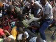 Chaotische Szenen bei der Aufbahrung von Robert Mugabe im Rufaro Stadium in Harare: Ein Polizist versucht Ordnung zu schaffen. (Bild: KEYSTONE/AP/THEMBA HADEBE)