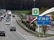Auf Autobahnraststätten soll künftig Alkohol ausgeschenkt werden dürfen. An der Liberalisierung will der Nationalrat vorbehaltlos festhalten. (Bild: KEYSTONE/GAETAN BALLY)