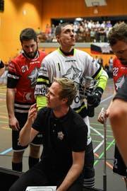 Ad Astra-Trainer Eetu Vehanen (vorne) gibt Roger Berchtold, Mario Britschgi und Roman Schöni (hinten von links) taktische Anweisungen. Bild: Simon Abächerli