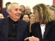 Sybil Albers-Barrier (r), hier 2001 im Liechtensteiner Kunstmuseum zusammen mit ihrem Lebenspartner Gottfried Honegger, ist am 2. September 2019 im Alter von 84 Jahren gestorben. (Bild: Keystone/ARNO BALZARINI)