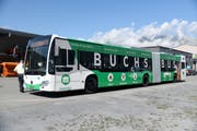Der Liemobil-Gelenkbus, der «Buchs Bus», ist im alltäglichen Verkehr als rollende Standortwerbung nicht zu übersehen. (Bild: Hansruedi Rohrer)