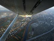 Der Nationalrat will, dass Freizeitpiloten mit dem Tower neben Englisch auch in einer Landessprache kommunizieren können. Im Bild ein Kleinflugzeug im Anflug auf Zürich-Kloten. (Bild: KEYSTONE/URS FLUEELER)