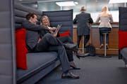 Die Arbeitswelt wird kollegialer und das Duzen in Unternehmen immer präsenter. Symbolbild: Martin Ruetschi/Keystone