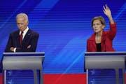 Unter Beschuss: Joe Biden (links). Rechts Elizabeth Warren, Senatorin aus Massachusetts. (Bild: AP)