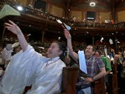 Das Publikum wirft Papierflugzeuge: Die Gala zur Verleihung der Ig-Nobelpreisen in Cambridge war gewohnt klamaukig-schrill. (Bild: KEYSTONE/AP/ELISE AMENDOLA)