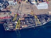 Die Überreste des von einem Brand zerstörten Ausflugsschiffs «Conception» wurden vor der Küste Kaliforniens geborgen. (Bild: KEYSTONE/AP Los Angeles Times/BRIAN VAN DER BRUG)
