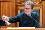 Ratspräsident Jean-Rene Fournier (CVP-VS) läutet die Sitzung ein, an der Sommersession der Eidgenössischen Räte (Bild: KEYSTONE/Alessandro della Valle, Bern, 3. Juni 2019)