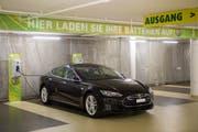 Die Zahl der E-Tankstellen - also der Möglichkeit, sein Elektro-Auto aufzuladen - hat in den vergangenen Jahren auch in der Stadt St.Gallen langsam aber stetig zugenommen. (Bild: Urs Bucher - City-Parking Bahnhof St.Gallen, 2. September 2016)