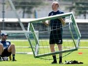 FCZ-Coach Ludovic Magnin legt in der spielfreien Zeit auf dem Trainingsplatz Hand an (Bild: KEYSTONE/WALTER BIERI)
