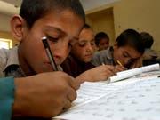 Die Unesco fordert verstärkte Anstrengungen, um weltweit allen Kindern einen Schulbesuch zu ermöglichen. (Bild: KEYSTONE/AP/RAFIQ MAQBOOL)