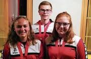 Von links: Hammerwurf-Medaillen gab es für Kathrin Budmiger (Gold), Lars Wolfisberg (Silber) und Alina Wolfisberg (Gold). Bild: André Kiser