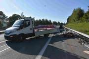 Der Lieferwagen war leer, der Anhänger dafür mit Gerüstteilen um über 450 Kilo überladen. Bei einem Bremsmanöver geriet die Fahrzeugkombination ins Schlingern und leerte schliesslich aus.