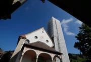 Blick von unten auf den eingerüsteten Kirchturm. (Bild: Stefan Kaiser, Unterägeri, 11. September 2019)