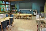 Das Café ist ein einem Schulzimmer eingerichtet, die Wandtafel ist bewusst erhalten geblieben. (Bild: Sabine Camedda)