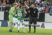 St.Gallens Torhüter Jonathan Klinsmann (links) wird nach einem Notbremsefoul von Schiedsrichter Nikolaj Hänni des Feldes verwiesen. (Bild: Melanie Duchene/Keystone)