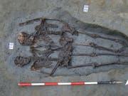 Wurden Hand in Hand begraben: Zwei aus der Spätantike entdeckte Tote in der italienischen Stadt Modena. (Bild: KEYSTONE/EPA UNIVERSITY OF BOLOGNA/UNIVERSITY OF BOLOGNA HANDOUT)
