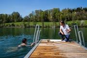 Ein Badegast spricht mit Bademeister Patrick Widmer in der Rotsee-Badi. (Bild: Philipp Schmidli, Ebikon, 19. April 2018)